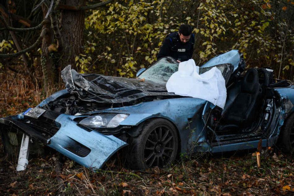 Ein Auto hat sich auf der B5 kurz vor der Landesgrenze von Berlin überschlagen und ist im Graben liegen geblieben.