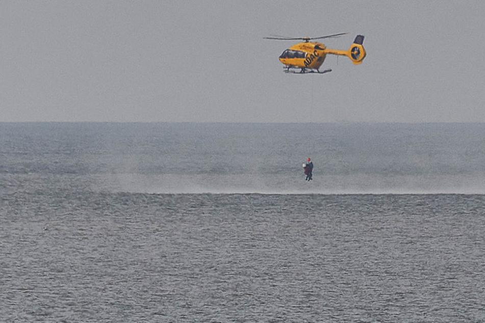 Der Rettungshubschrauber nahm das Paar und ihren Hund mit einer Seilwinde an Bord.