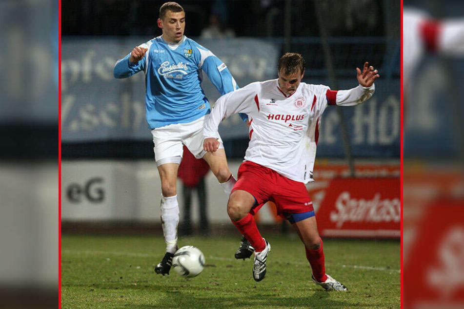 2008 lief David Bergner (r.) noch als Spieler an der Gellertstraße auf. Am 4. März gewann er mit Halle 1:0 und schoss das Siegtor. Hier klärt er vor Steffen Kellig.