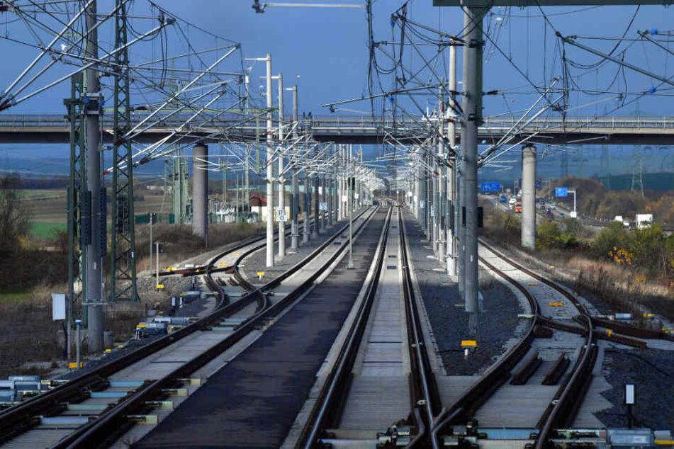 Mit bis zu 300 Stundenkilometern sind die Züge auf der neuen ICE-Strecke zwischen Berlin und München unterwegs.