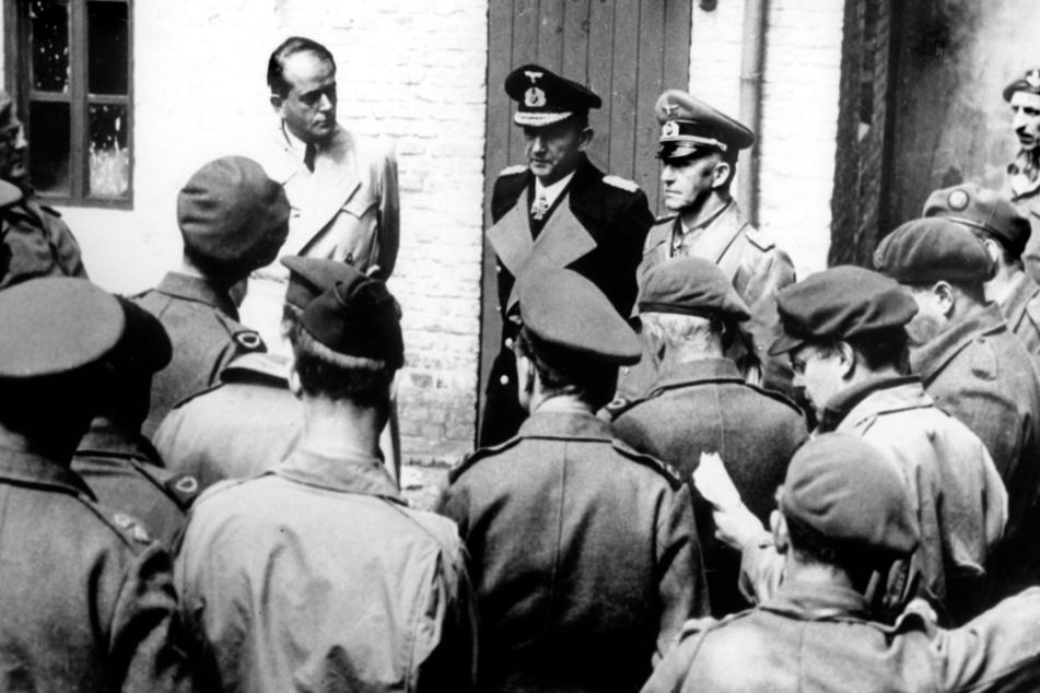 Rüstungsminister Albert Speer (von links nach rechts), Hitlers Nachfolger Großadmiral Karl Dönitz und der Chef des deutschen Generalstabs, Generaloberst Alfred Jodl beantworten nach ihrer Gefangennahme durch die Briten am 23. Mai 1945 die Fragen von Kriegskorrespondenten.