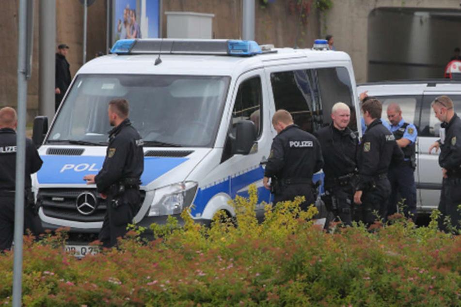 Rechte Schläger mischten vor der geplanten Erstaufnahmeeinrichtung in Heidenau mit. Die Polizei musste anrücken. Später demonstrierte die Antifa gegen rechte Übergriffe.