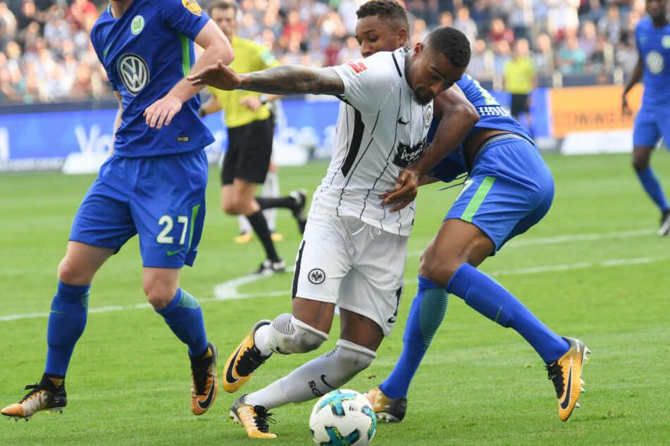 Frankfurts neuer Star Kevin-Prince Boateng (M.) versucht an den Ball zu kommen.