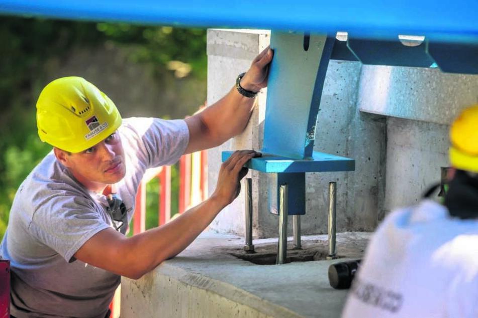 Kevin Köhler (31) kontrolliert das Absetzen der Brücke.