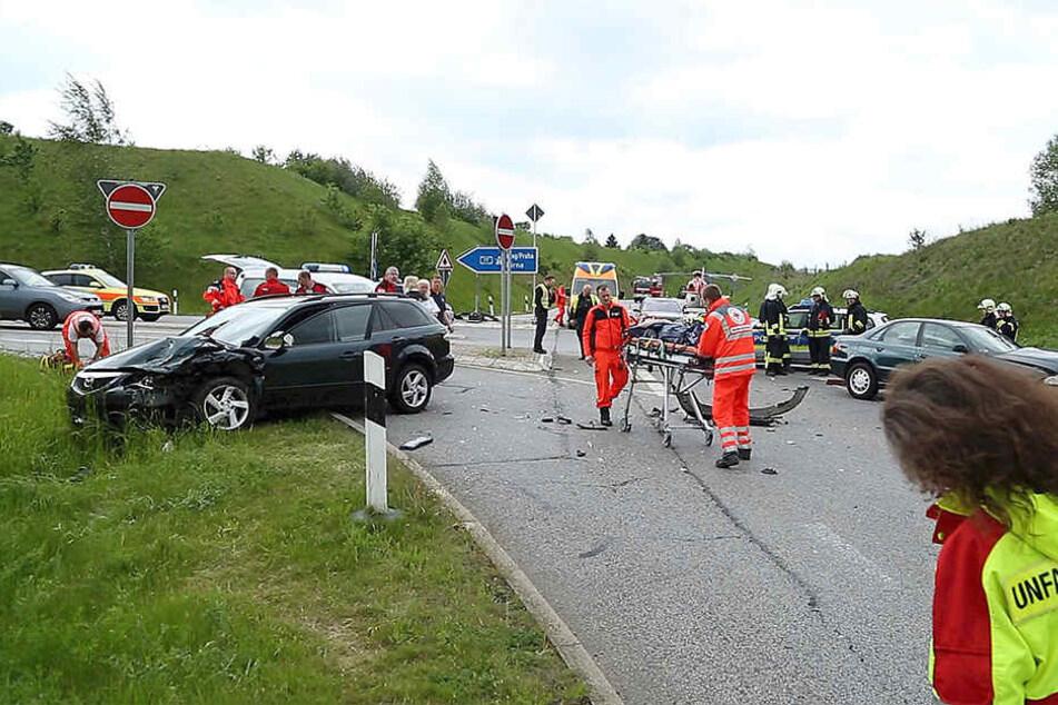 Bei dem Unfall wurden insgesamt fünf Personen verletzt, darunter zwei Kinder.