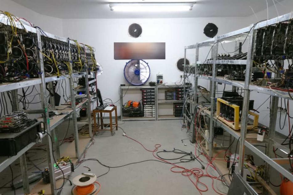 Bei der gestrigen Durchsuchung in Klingenthal stellten Spezialisten eine Elektroinstallation fest, die den Stromzähler umging. Es wurde auch eine in Betrieb befindliche Computeranlage gefunden, die aus 49 Miningrechnern bestand.