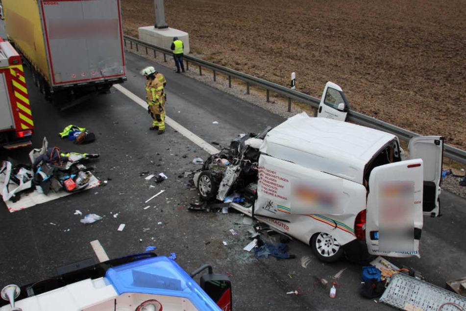 Tragischer Unfall am Stauende: Fiat-Fahrerin rast in Sattelzug!