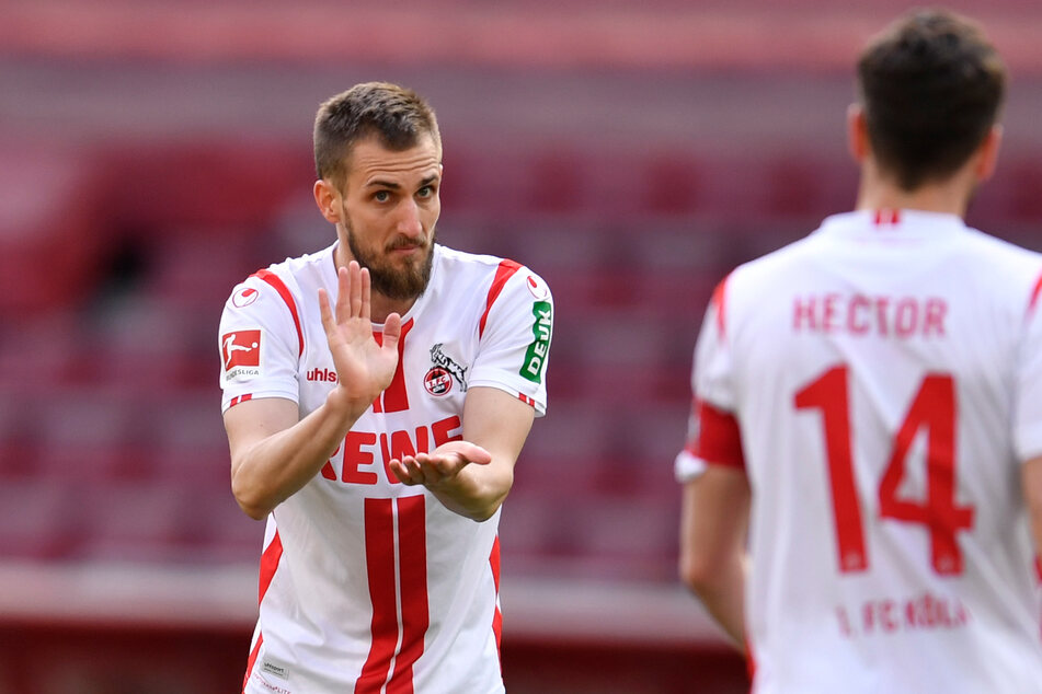 Dominick Drexler (31, links) gestikuliert in Richtung des Kölner Kapitäns Jonas Hector (31).