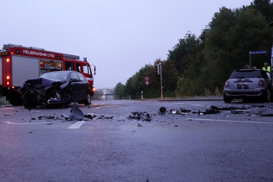 Fahrzeugteile liegen auf der Kreuzung verstreut herum.