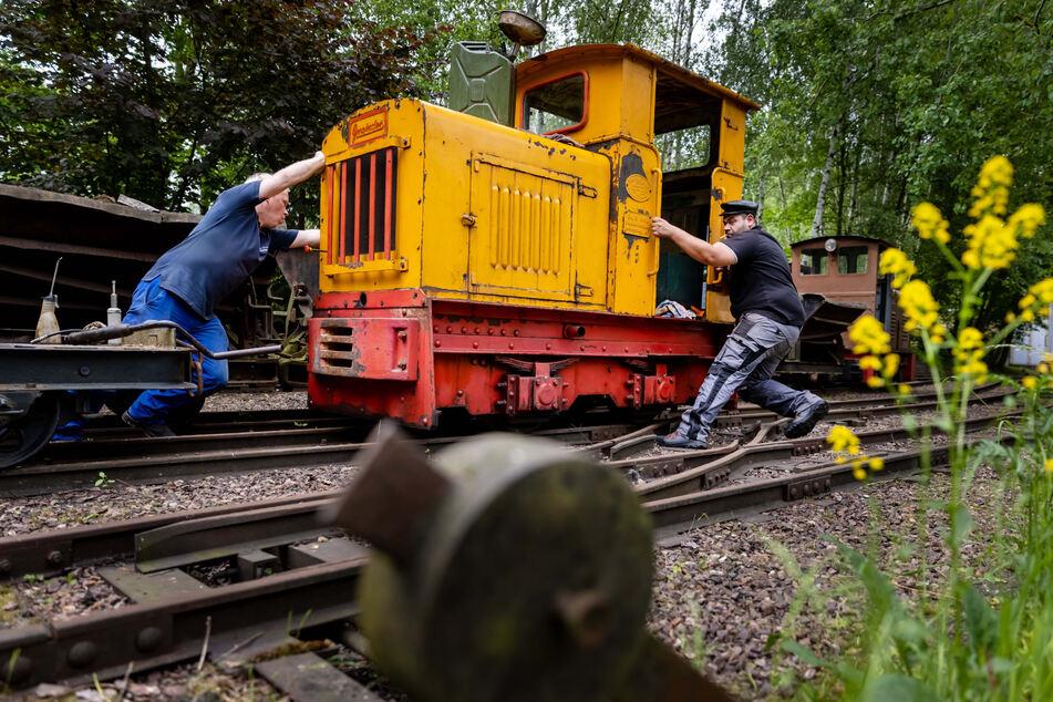 Rangieren geht auch per Hand: Michael Rieß (35, l.) und Benjamin Dütsch (31) schieben eine Feldbahn aus dem Jahr 1938 zurecht.