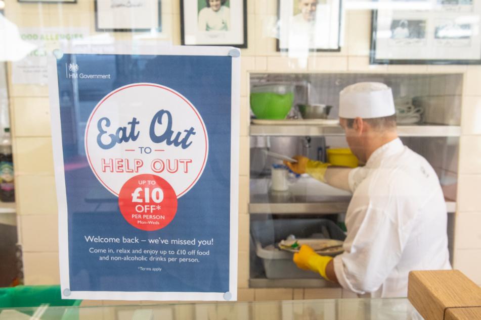 """London: Ein Plakat bewirbt das """"Eat Out to Help Out""""-Programm im Regency Cafe. Das Restaurant nimmt an einer Aktion teil, bei der Gäste als Teil einer Regierungsinitiative zur Ankurbelung des Restaurant- und Kneipenbetriebs nach dem Lockdown zum halben Preis essen können."""