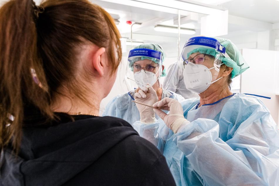 Eine Ärztin nimmt im neuen Corona-Testzentrum der Kassenärztlichen Vereinigung am Hauptbahnhof einen Abstrich.