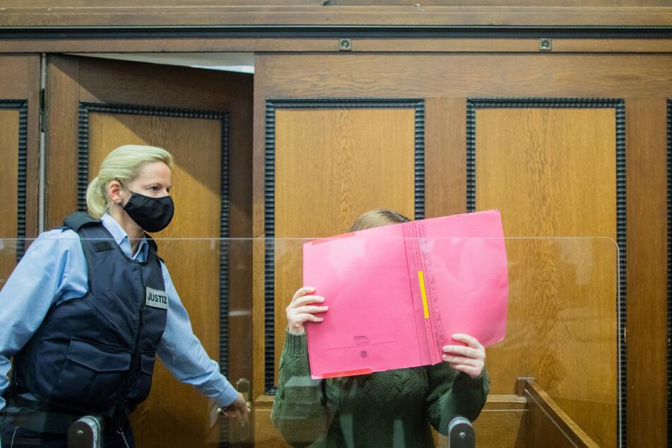 Eine 25-jährige Angeklagte steht vor Gericht, weil sie das Kita-Kind Greta umgebracht haben soll.