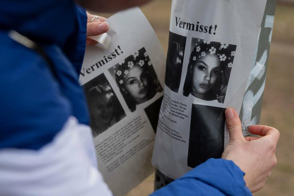 Suche nach Rebecca Reusch: Ein junges Mädchen klebt in einem Park zwischen den U-Bahnhöfen Johannisthaler Chaussee und Britz-Süd Flugblätter an einen Laternenpfahl.