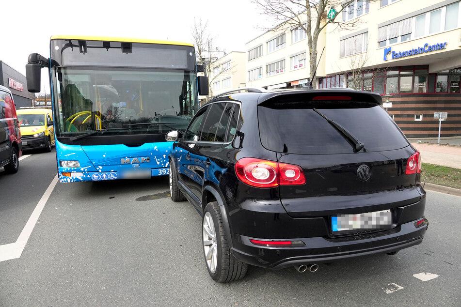 Crash vorm Rabensteincenter in Chemnitz! Ein Linienbus der CVAG krachte mit einem VW zusammen.
