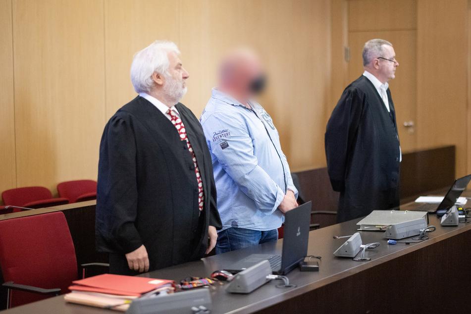 Der Angeklagte (M.) steht zwischen seinen Anwälten Klaus Sewald (l.) und Reinhard Leis im Gerichtssaal.