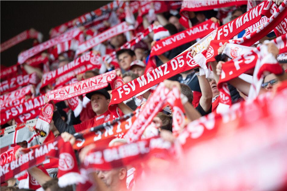 Eng an eng in der MEWA Arena: Beim Bundesliga-Spiel des 1. FSV Mainz 05 gegen den 1. FC Union Berlin darf wieder gekuschelt werden.