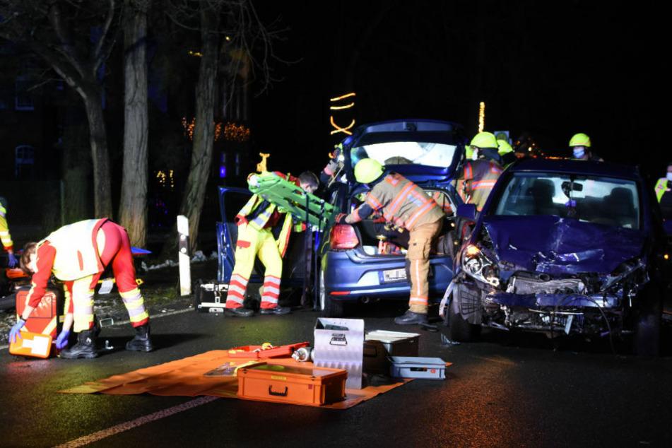 Feuerwehrleute befreien eine eingeklemmte Person aus dem VW Polo.