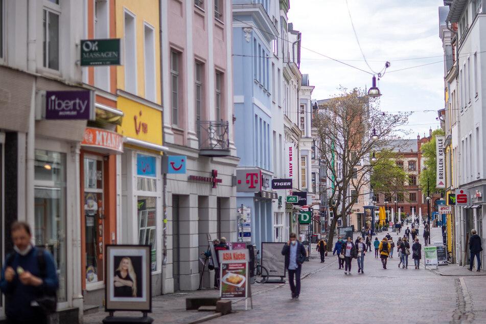 Passanten sind in der Rostocker Innenstadt unterwegs. Die Inzidenz in Mecklenburg-Vorpommern bewegt sich weiter unter der 5er-Marke.