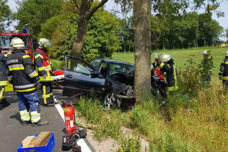 Die Feuerwehr musste den 19-jährigen Fahrer aus dem Wrack befreien.