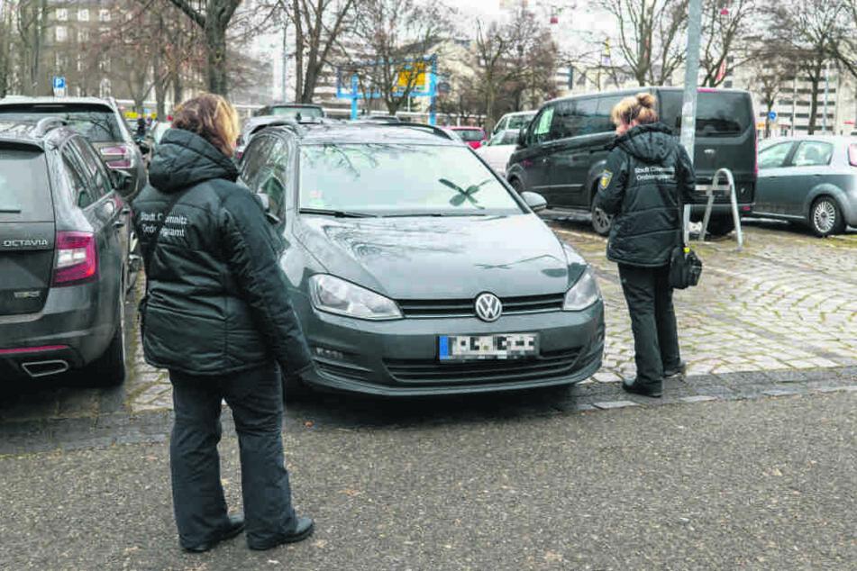 Politessen in Chemnitz: Die Ordnungshüter können Handyparker mit ihrem Scanner überprüfen.