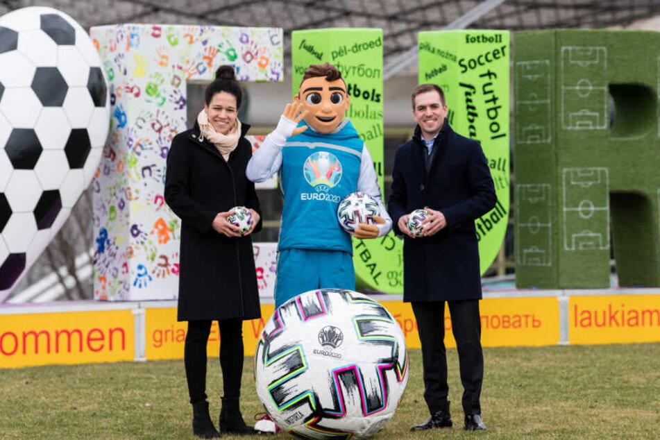 Celia Sasic, EM-Botschafterin und ehemalige Nationalspielerin (l), EM-Maskottchen Skillzy und Philipp Lahm, EM-Botschafter und ehemaliger Nationalspieler.