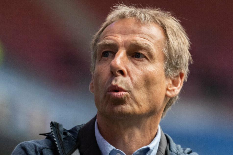 Der ehemalige Bundestrainer Jürgen Klinsmann steht im Stadion.