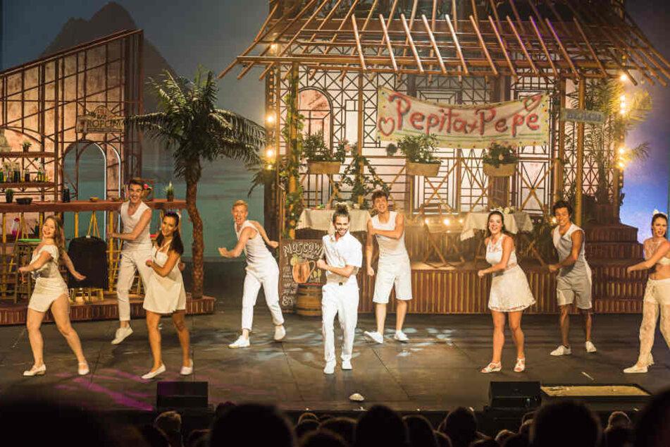 Auf der Bühne des Deutschen Theaters in München werden Hits von Roland Kaiser zum Besten gegeben.