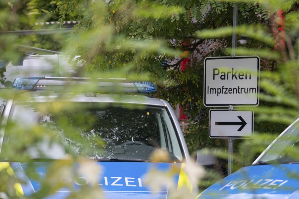 Polizisten sichern das Impfzentrum in Nördlingen. Nachdem ein Arzt falsche Impfbescheinigungen ausgestellt hatte, sind seine Patienten aufgerufen, sich dort einem Antikörpertest zu unterziehen.
