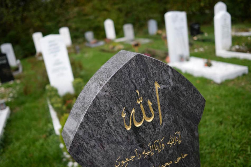 Ein Grabstein in der islamischen Sektion auf einem Friedhof.