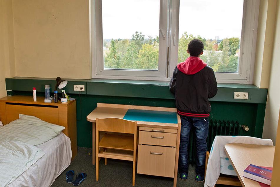 Ein 16-jähriger Flüchtling aus Eritrea steht in seinem Zimmer in einer Wohngruppe für unbegleitete minderjährige Flüchtlinge in Nürnberg.
