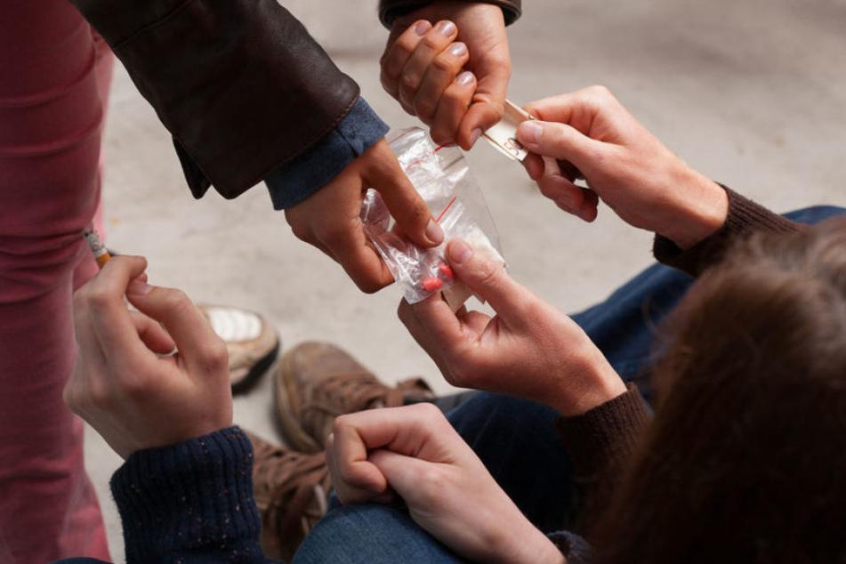 Ein Dealer (33) nahm gezielt Kontakt zu zwei 13-jährigen Mädchen auf und versorgte sie mit Alkohol und Drogen.