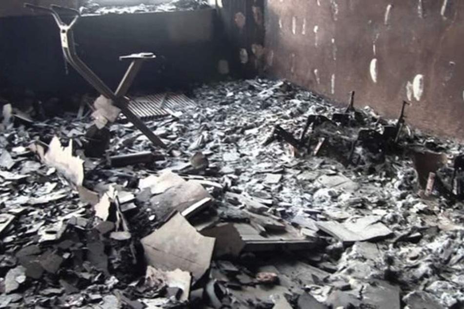 In Mitten der Trümmer ist nur noch ein Hometrainer zu erkennen.