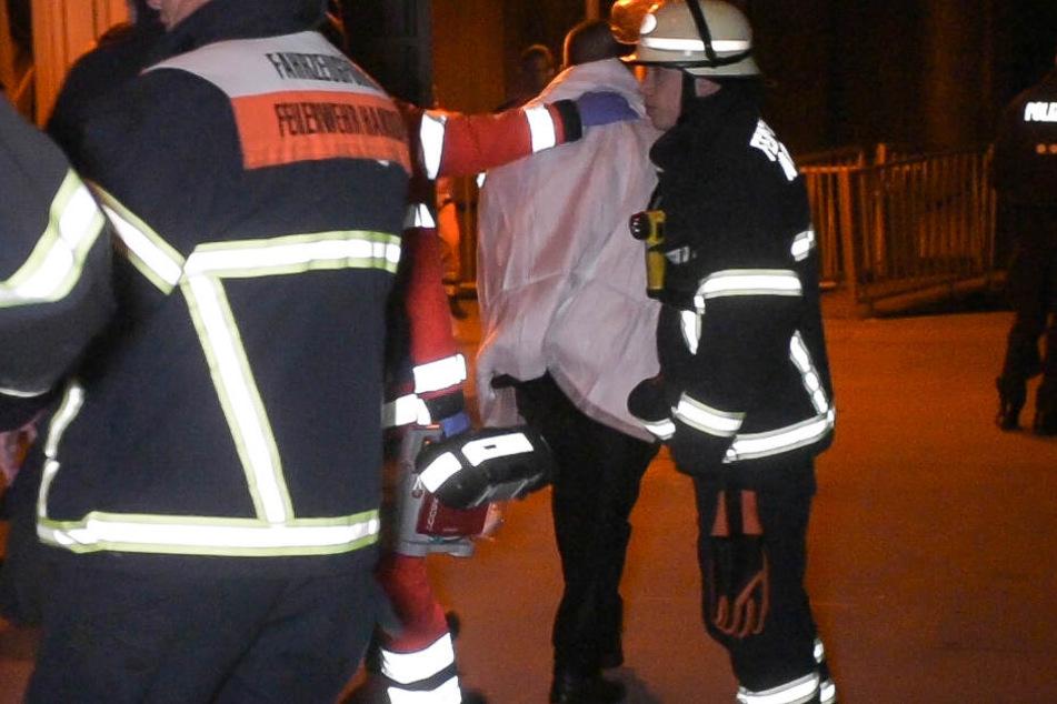 Die Rettungskräfte versorgten den Mann mit einer Decke und brachten ihn in ein Krankenhaus.