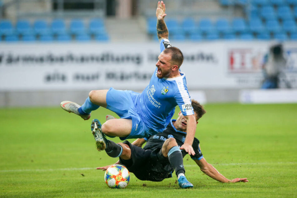 """In der Hinrunde wurde um jeden Zentimeter gekämpft. Hier holt """"Löwe"""" Leon Klassen CFC-Verteidiger Pascal Itter von den Beinen."""