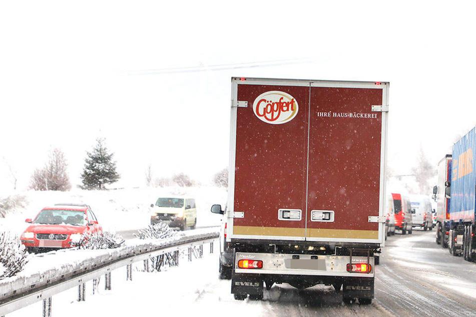 Lkws können im Winter zur Gefahrenquelle werden. (Symbolbild)
