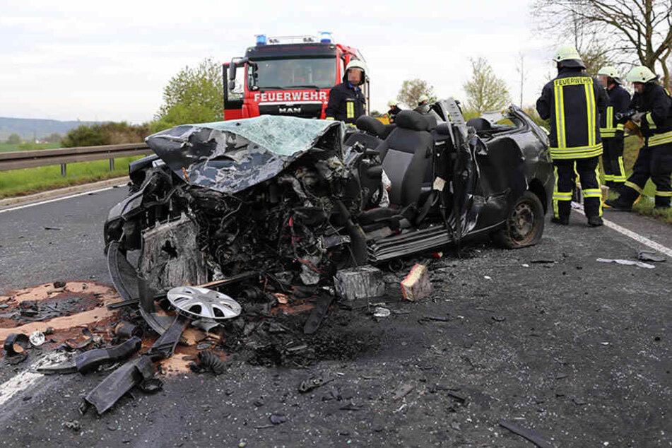 Die Wucht des Aufpralls hat beide Fahrzeuge so stark verformt, dass beide Fahrer schwer eingeklemmt wurden.