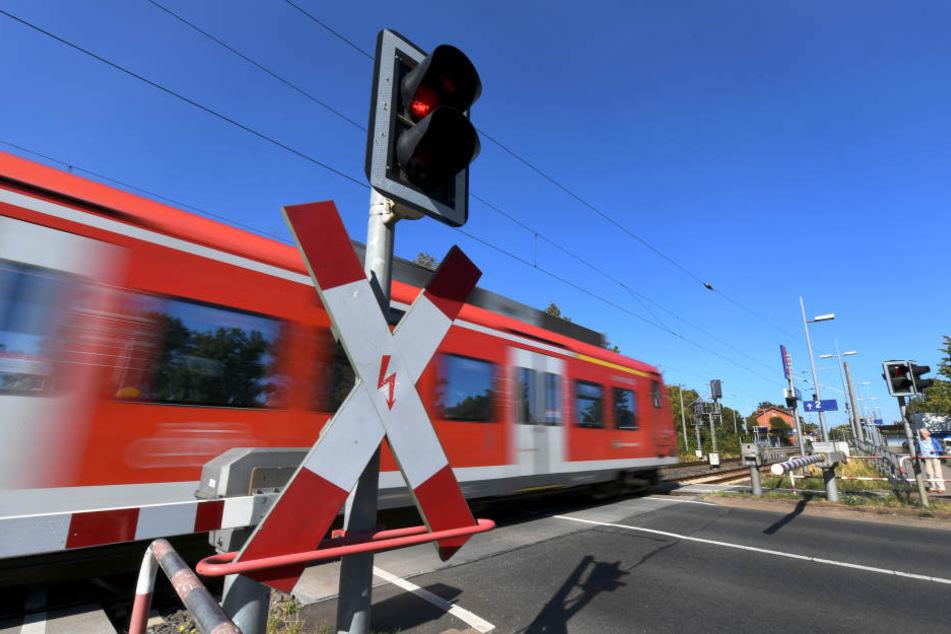 Der Bahnverkehr im Raum Düsseldorf und Köln ist wegen der Vandalismus-Schäden auch am Mittwoch gestört.