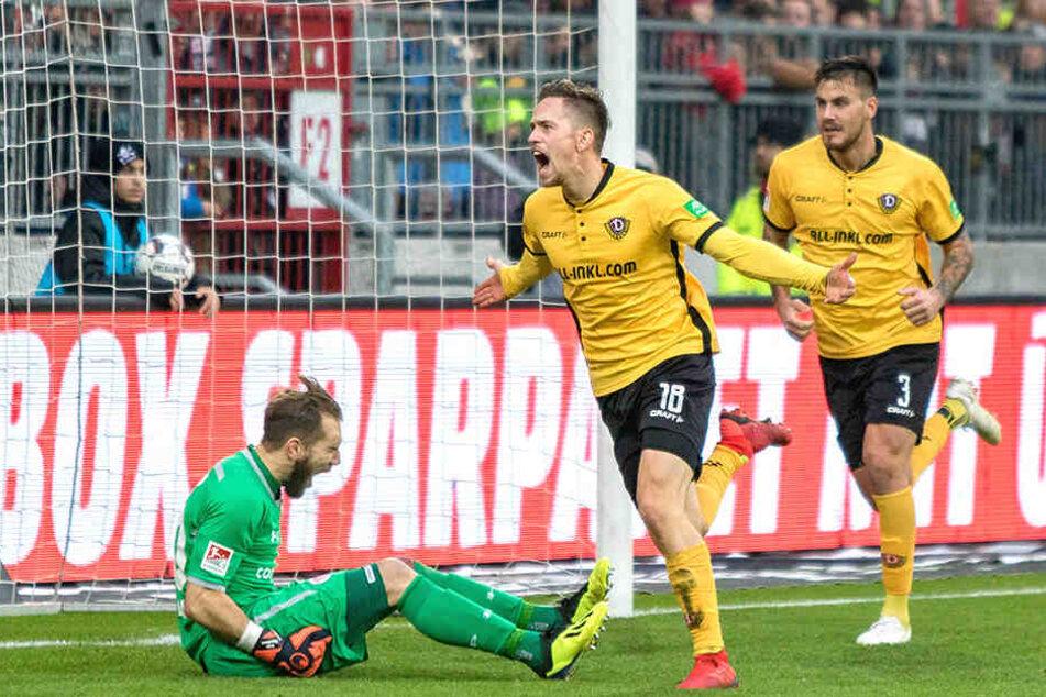 Jannik Müller (M.) jubelt nach seinem Treffer zum 1:1 auf St. Pauli.