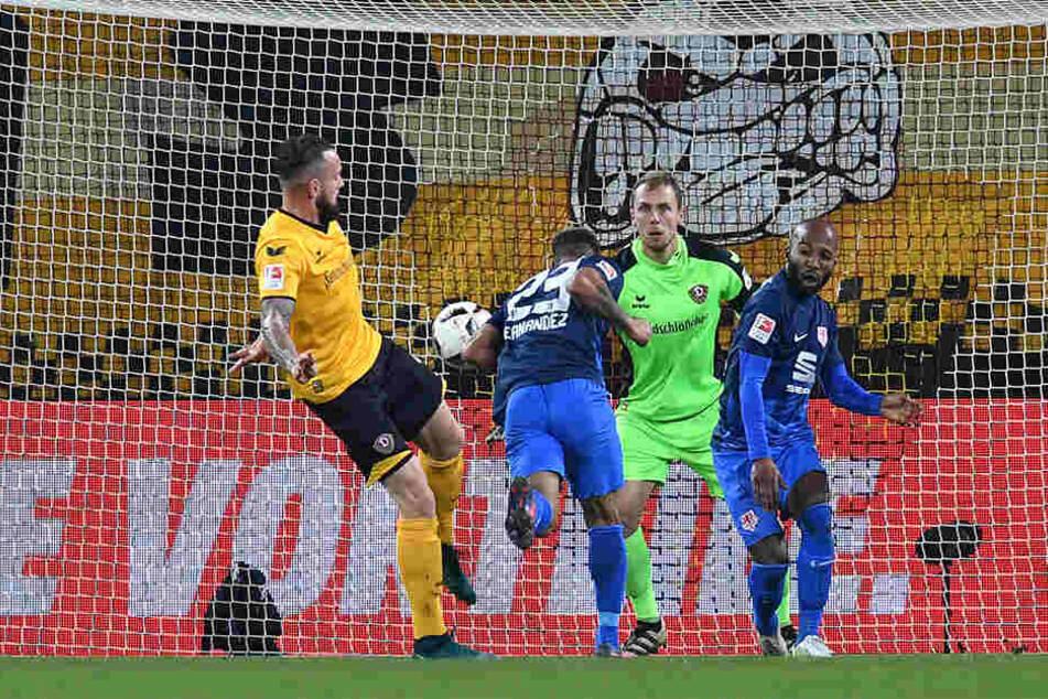 Onel Hernandez (M.) brachte die Eintracht im Hinspiel in Führung, Domi Kumbela (r.) erhöhte gar - trotzdem reichte es nicht für die Niedersachsen.