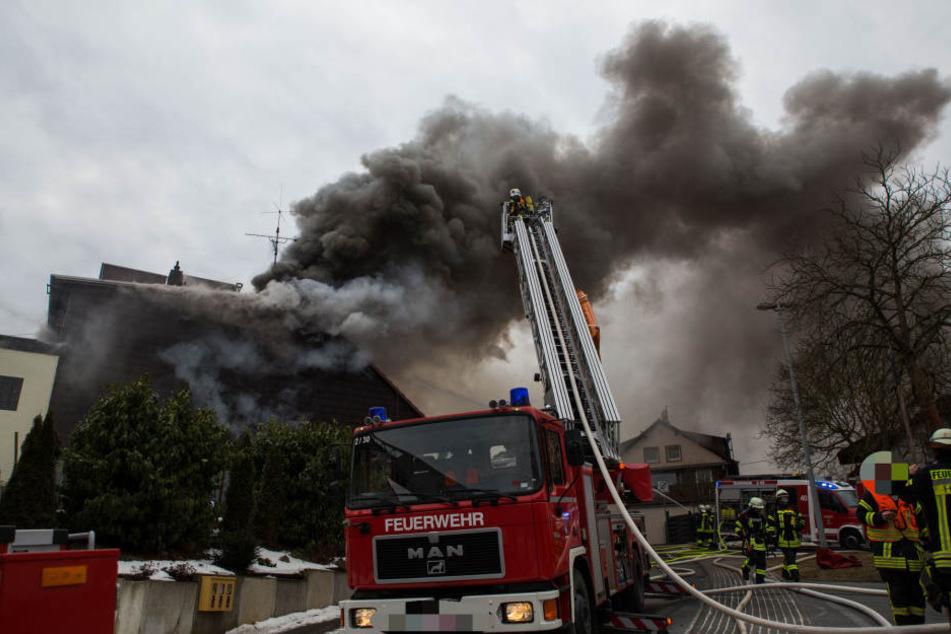 Explosiver Löscheinsatz: Munition in brennendem Haus hält Feuerwehr in Atem