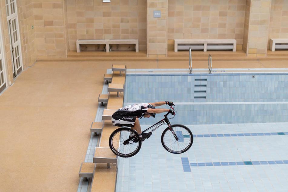 """Vom Startblock aus """"fliegt"""" Hannes Herrmann mit seinem Bike durch das Stadtbad."""