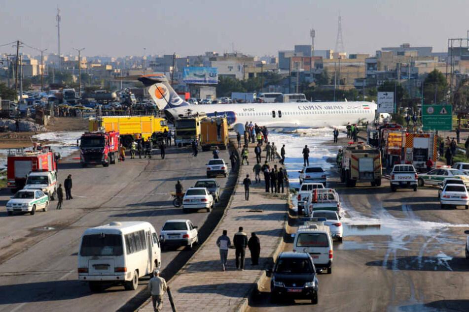 Kein Verkehr mehr möglich. Das Flugzeug blockiert nach seiner Bruchlandung die Straße.