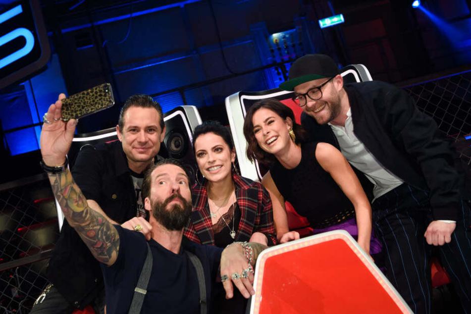"""Die Sängerin sitzt zusammen mit Mark Forster (35, v.r.), Stefanie Kloß (34) sowie Alec Völkel(47) und Sascha Vollmer (47) von The BossHoss in der """"The Voice Kids""""-Jury."""