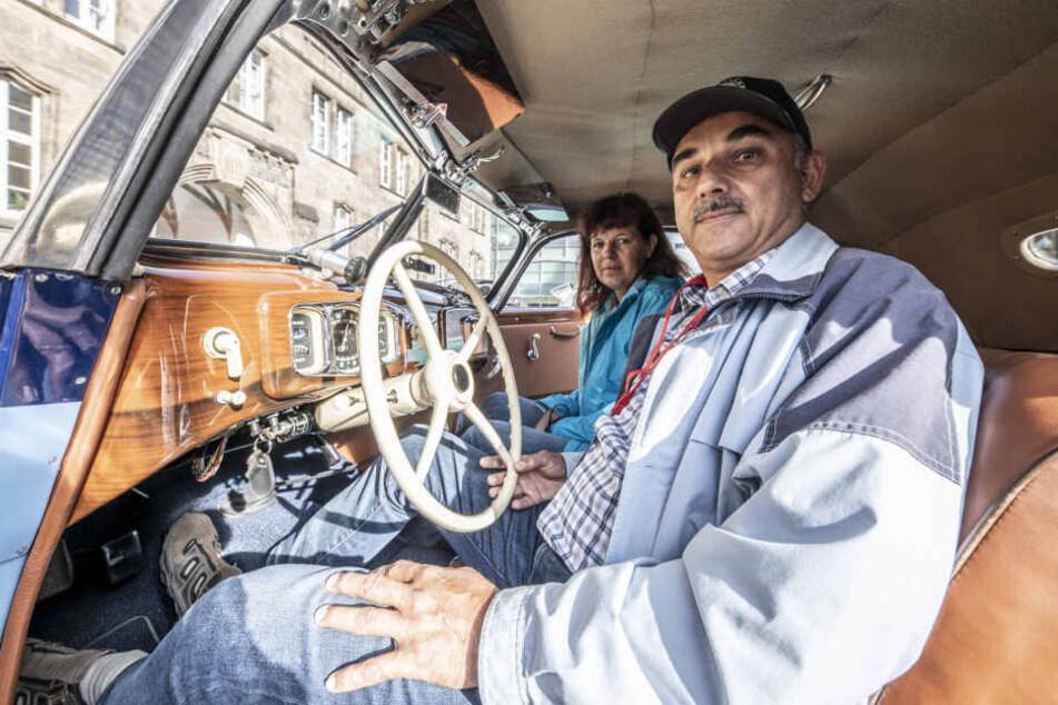 Falko Müller (57) und seine Frau Andrea (57) starten mit einem EMW 327 Cabrio.