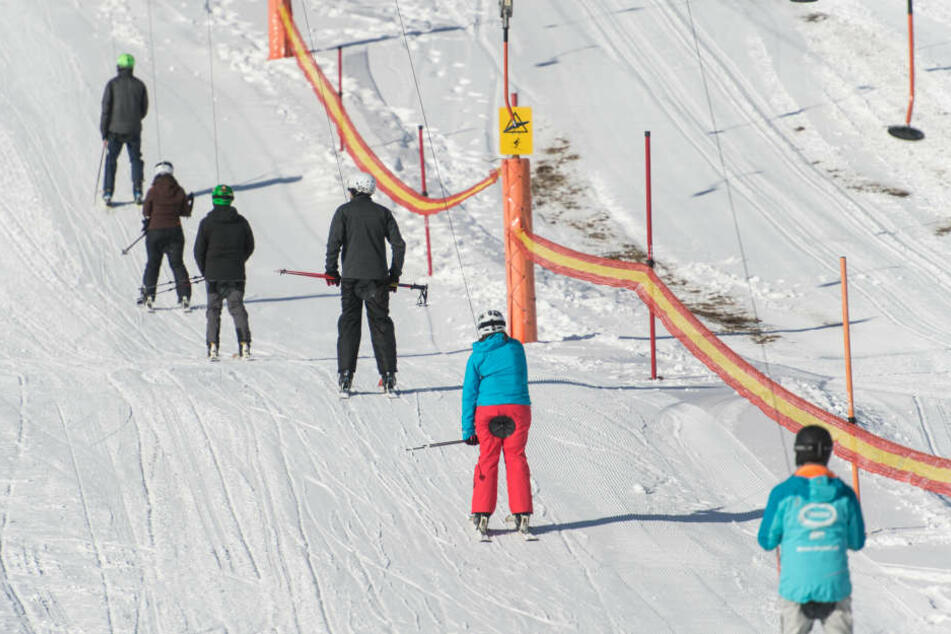 Sie wollten wohl unbedingt die ersten Wintersportler der Saison werden: Skifahrer auf dem Feldberg.