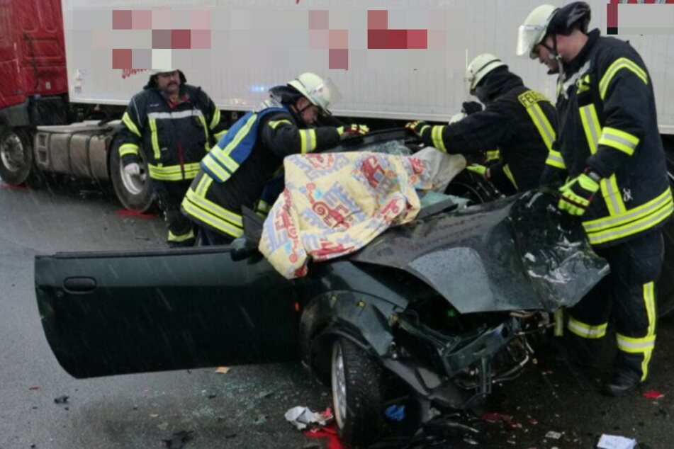 Die Fahrerin wurde bei dem Crash in ihrem Wagen eingeklemmt.