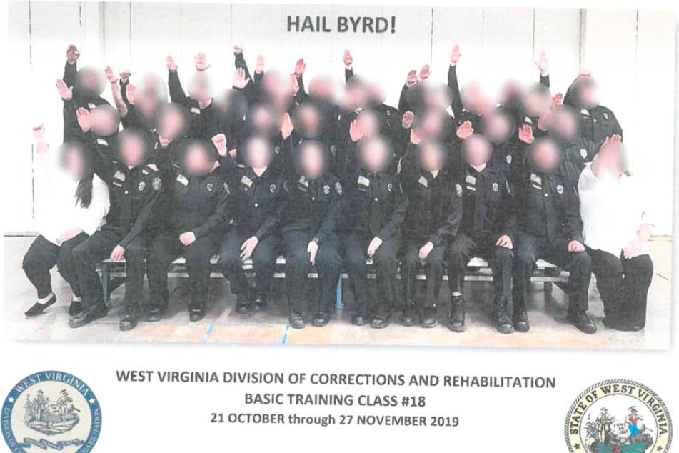 Das Abschlussfoto der Ausbildungsklasse 18 zeigt 34 Hitlergrüße.
