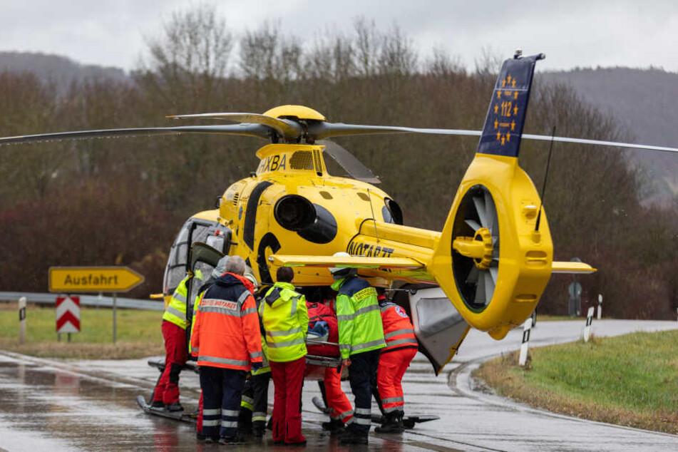 Der Verletzte wurde mit einem Hubschrauber in eine Krankenhaus gebracht.