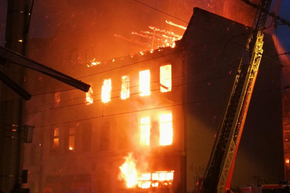 In einem Mehrfamilienhaus in Leipzig-Grünau hatte es am Dienstagnachmittag gebrannt. (Symbolbild)